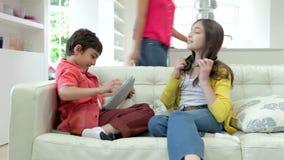 Дети играя с приборами цифров как родители делают еду видеоматериал