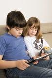 Дети играя с цифровой таблеткой Стоковое Изображение RF