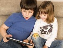 Дети играя с цифровой таблеткой Стоковая Фотография RF
