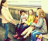 Дети играя с шариком на деревянной платформе Стоковая Фотография