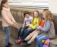 Дети играя с шариком на деревянной платформе Стоковая Фотография RF