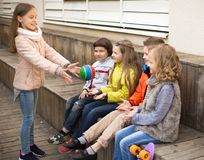 Дети играя с шариком на стенде Стоковое Изображение RF