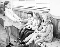 Дети играя с шариком на стенде Стоковое Изображение