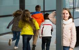 Дети играя тайник-и-идти-seek внешний Стоковая Фотография RF
