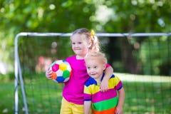 Дети играя футбол в школьном дворе Стоковые Изображения RF