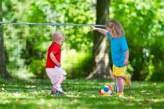 Дети играя футбол в школьном дворе Стоковое Изображение RF