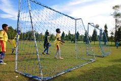 Дети играя футбол или футбол Стоковая Фотография RF