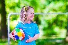 Дети играя футбол outdoors Стоковые Изображения RF