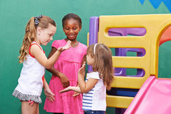 Дети играя хлопающ игра Стоковые Изображения RF