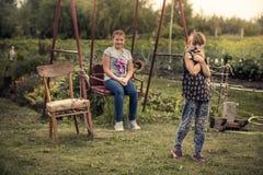 Дети играя outdoors образ жизни сельской местности спортивной площадки задворк во время летних отпусков в детях c сельской местно стоковые фотографии rf