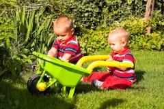 Дети играя outdoors Стоковые Фотографии RF