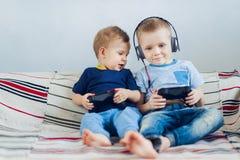 Дети играя playstation Стоковое Изображение RF