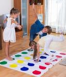 Дети играя twister дома Стоковая Фотография RF