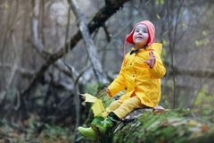 Дети идут в парк осени Стоковые Изображения