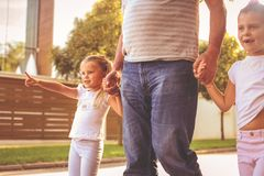 Дети идя при их дед держа руки Стоковое Изображение