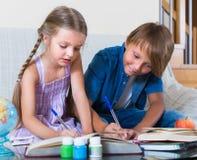 Дети изучая с книгами внутри помещения Стоковые Изображения RF
