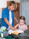 Дети изучая с книгами внутри помещения Стоковое фото RF