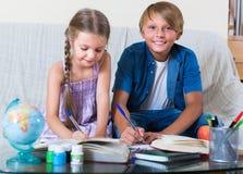 Дети изучая с книгами внутри помещения Стоковое Фото