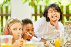 Дети имеют завтрак в международном детском саде стоковое фото rf