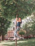Дети имеют потеху играя в парке города стоковые фотографии rf