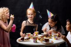Дети имеют потеху с пузырями ssoap на празднике стоковые фото