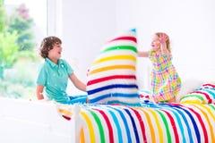 Дети имея бой подушками Стоковые Изображения