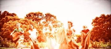 Дети имея гонку мешка в парке стоковое изображение