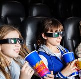 Дети имея закуски в театре кино 3D Стоковое Изображение RF