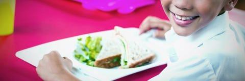 Дети имея обед во время перерыва в кафе стоковые фото
