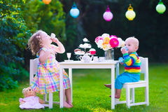 Дети имея партию в саде Стоковая Фотография