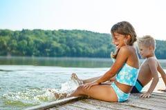 Дети имея потеху брызгая воду Стоковые Изображения RF