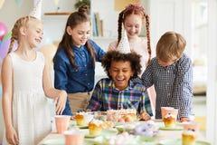 Дети имея потеху на дне рождения стоковые изображения rf