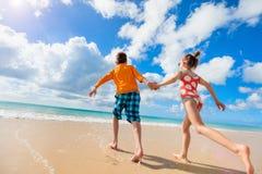 Дети имея потеху на пляже стоковое изображение