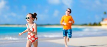 Дети имея потеху на пляже стоковые изображения