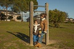 Дети имея потеху на спортивной площадке Стоковое Изображение RF