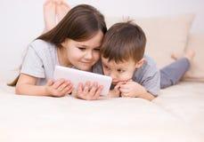 Дети используя планшет стоковое фото rf