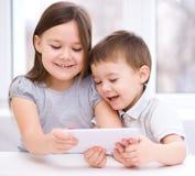 Дети используя планшет стоковые фотографии rf