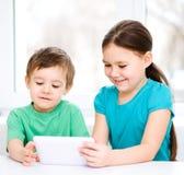 Дети используя планшет стоковые изображения