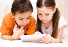 Дети используя планшет стоковые изображения rf