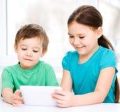 Дети используя планшет стоковое изображение