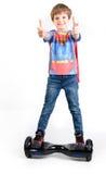 Дети используя hoverboard, само-балансировать 2-катили доску Редакционное содержание Стоковые Фото