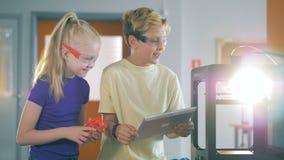 Дети испытывая принтер в комнате, конце вверх задняя школа принципиальной схемы к видеоматериал