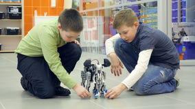 Дети испытывая робот на лаборатории робототехники школы видеоматериал