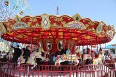 Дети и взрослые едут carousel острова кролика в Luna Park на променаде острова кролика в Бруклине Стоковое фото RF