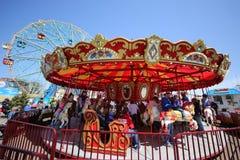 Дети и взрослые едут carousel острова кролика в Luna Park на променаде острова кролика в Бруклине Стоковые Изображения RF
