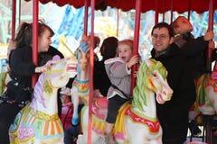 Дети и взрослые едут carousel острова кролика в Luna Park на променаде острова кролика в Бруклине Стоковое Изображение