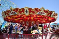 Дети и взрослые едут carousel острова кролика в Luna Park на променаде острова кролика в Бруклине Стоковое Фото