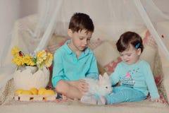 Дети и кролик Стоковое Изображение