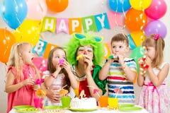 Дети и клоун на вечеринке по случаю дня рождения Стоковое фото RF