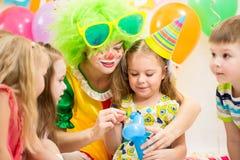 Дети и клоун на вечеринке по случаю дня рождения Стоковая Фотография RF
